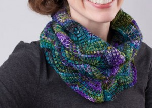 Learn how to crochet this chevron cowl that uses Tunisian crochet techniques in this free eBook.